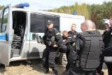 Ranny policjant - ewakuacja pod osłoną tarcz. To były manewry (zdjęcia)