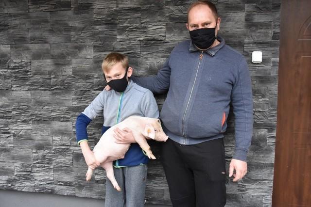 Jarosław Saldat z synem Mateuszem, który też chce zostać rolnikiem i  producentem trzody