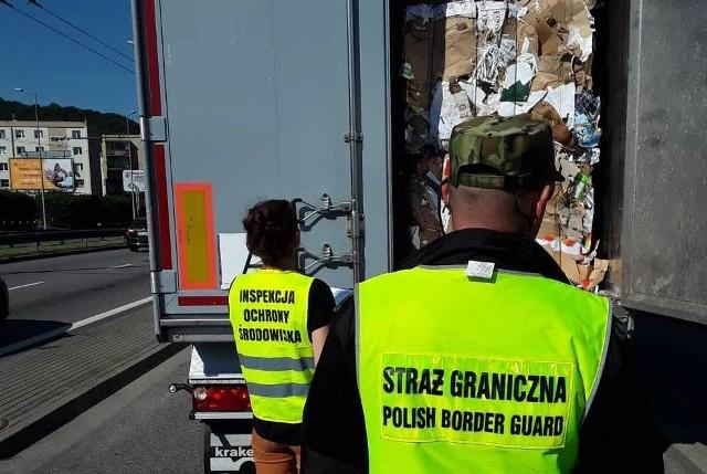 Coraz więcej transportów z odpadami zza granicy trafia do Polski via pomorskie porty, wynika z naszych informacji. Niedawno  kontrole Głównej Inspekcji Ochrony Środowiska oraz innych służb wykryły na polskich drogach 13 nielegalnych transportów z pochodzącymi zza granicy śmieciami – jednego dnia.