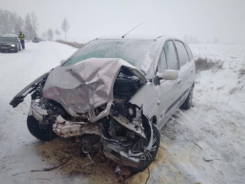 Na miejscu zastali dwa uszkodzone samochody osobowe.