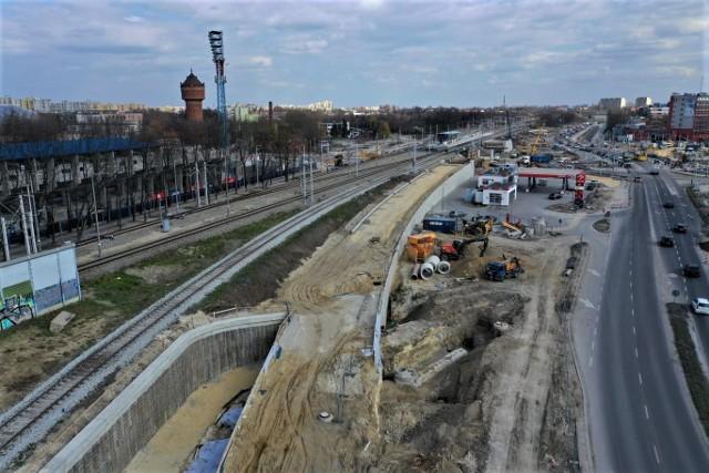 Budowa centrum przesiadkowego Opole Wschodnie trwa od nieco ponad roku. Na zdjęciach z lotu ptaka widać stopień zaawansowania poszczególnych elementów inwestycji. Więcej informacji na kolejnych slajdach.