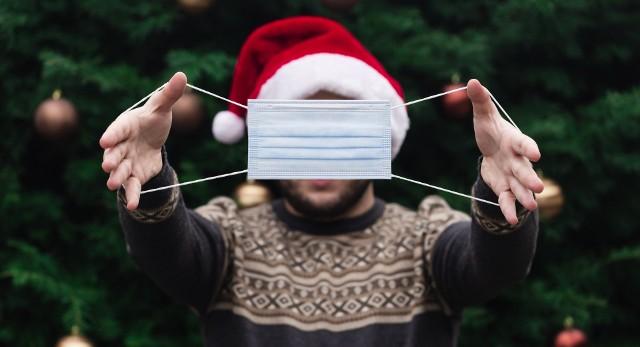 Różne świąteczne sytuacje niosą z sobą ryzyko zakażenia koronawirusem. Kiedy ryzykujemy najbardziej? Oto szczególnie niebezpieczne sytuacje - zobacz na kolejnych slajdach >>>
