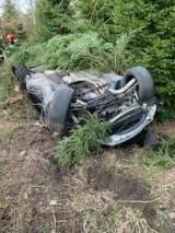 Wypadek w gminie Bliżyn. 19-letni kierowca BMW zjechał z drogi i uderzył w drzewo, cztery osoby w szpitalu