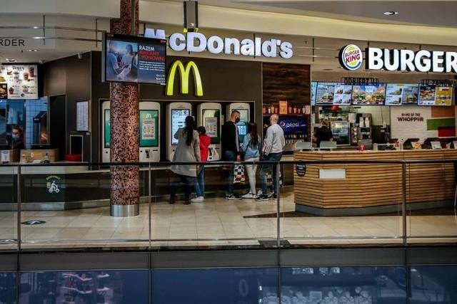 Wszystkich miłośników jedzenia w restauracji McDonald's czekało po Wielkanocy spore rozczarowanie. Sieć podniosła ceny wielu popularnych produktów. Sprawdźcie, za co dokładnie zapłacicie więcej!WIĘCEJ NA KOLEJNYCH STRONACH>>>