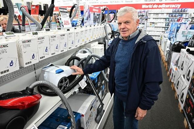 Black Friday od rana się rozkręca w kieleckich sklepach. Duży ruch panuje w  elektromarketach. Po telewizory, lodówki, pralki, ale przede wszystkim telefony komórkowe, laptopy czy tablety przyszło wiele osób. ZOBACZ NA KOLEJNYCH SLAJDACH>>>Niektórzy, jak obserwowaliśmy w Media Markt kupowali po kilka sztuk ogromnych telewizorów.Pan Marian Lizis (na zdjęciu) z żoną Ireną szukali odkurzacza w dobrej cenie. - Jesteśmy pierwszy raz na takim dniu jak Black Friday. Wydaje się, że jest to dobra okazja do zakupów w niższej cenie – mówił pan Marian.Tłum klientów był w RTV Euro AGD w Galerii Echo, sporo klientów szukało okazji w Media Expert przy ulicy Sandomierskiej. ZOBACZ TAKŻE: Black Friday 2019 w Świętokrzyskiem. Sprawdź promocje i wyprzedaże w regionie. Co przygotowały sklepy na piątek 29 listopad? [LISTA]