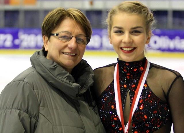 Elżbieta Gabryszak (z prawej) wraz z trenerką Iwoną Mydlarz-Chruścińską. Łyżwiarze figurowi Unii Oświęcim zdobyli cztery medale w mistrzostwach Polski młodzików i młodzieżowców, rozegranych w Cieszynie.