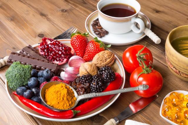 Antyoksydanty to ochronne dla zdrowia związki powszechne zwłaszcza w świecie roślin, m.in. te stanowiące ich barwne pigmenty czy zdrowe tłuszcze. Występują też jednak w kawie i wielu innych produktach!