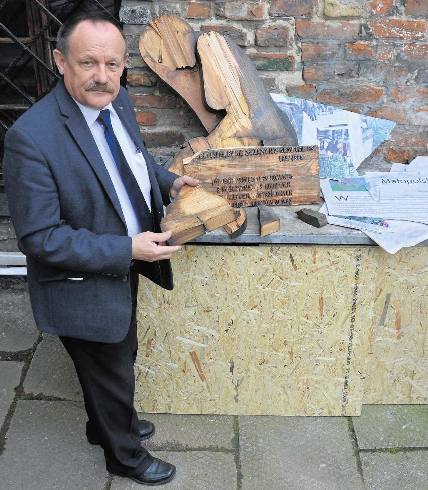 Andrzej Szpunar prezentuje ocalałe fragmenty pomnika Pamięci Romów. Muzeum będzie teraz zabiegać o jego odrestaurowanie