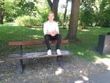 20-letni student z Łodzi siedział na oparciu ławki z nogami na jej siedzisku. Teraz odpowie przed sądem! FILM