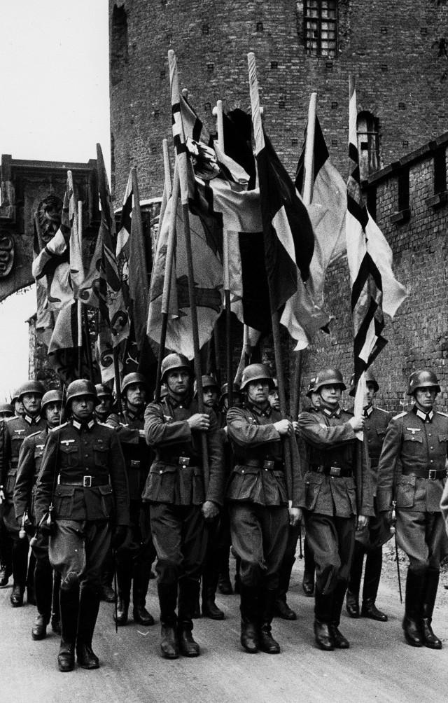 Na Wawelu Niemcy urządzali parady mające pokazać siłę okupanta