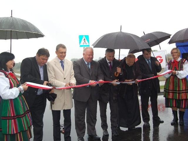 Oficjele przecinają wstęgę, otwierając tym samym nowe tereny inwestycyjne na pograniczu Końskich i Kornicy.