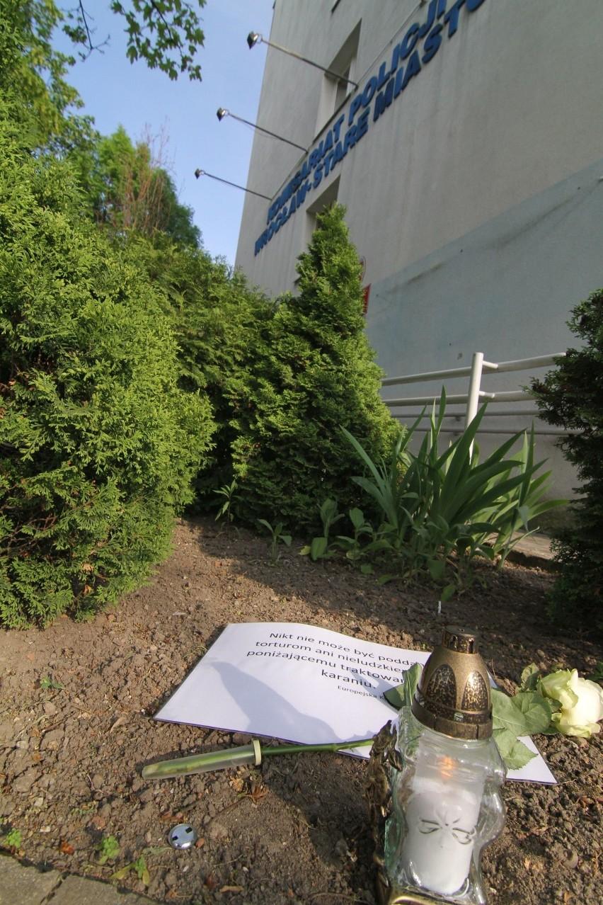 Śmierć Igora S.:Miała być pikieta pod komisariatem na Trzemeskiej. Skończyło się na róży i zniczu