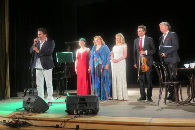 W Ciechocinku rozpoczęła się Wielka Gala TenorówWidzowie oklaskiwali wszystkich niezwykle gorąco, za co na koniec podziękował Dariusz Stachura ( z lewej), tenor, dyrektor i reżyser festiwalu.