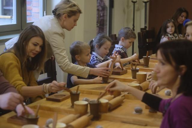 W Muzeum Piernika w Toruniu można wziąć udział w warsztatach robienia pierników. Zobaczyć można m.in. oryginalne niemieckie maszyny służące do wypieku i zabytkowy piec