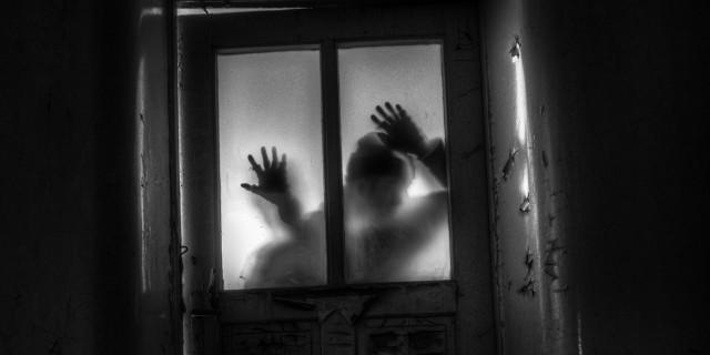 Po ucieczce z domu w Łękini lokatorka błagała księdza, żeby poświęcił dom. - Dopiero wtedy mąż uwierzył, że coś jest nie tak. Wcześniej to tylko śmiał się i żartował. Ksiądz, po wysłuchaniu naszych opowieści, stwierdził że ta wielka szafa musiała być dla tej Ukrainki bardzo ważna. Kazał ja odnieść w to samo miejsce do garażu. Tak zrobiliśmy – wspomina kobieta i dodaje, że krótko potem zaszła w ciążę i z rodziną wyprowadziła się do Miastka. - Zawsze będę pamiętać ten dom, bo nigdy nie wierzyłam w takie rzeczy, jak duchy. Do czasu… Aż mnie ciarki przechodzą na samo wspomnienie - dodaje kobieta.Kiedy właściciel domu, spółka Rudy Rydz, ogłosiła upadłość, budynek o powierzchni 142 metrów kwadratowych wraz z dużą działką przejął syndyk. Przez kilka lat nieruchomość wystawiona była na sprzedaż. W marcu 2019 roku syndyk chciał budynek sprzedać za 95 tys. zł. I sprzedał. Kupił go mieszkaniec Miastka, który od nas dowiedział się, co przezywała w domu rodzina z trójką dzieci. - Kupiłem dom, bo mi się bardzo lokalizacja podoba. Już w ubiegłym roku na działce zbierałem rydze i kanie. Teraz remontuje dom. To będzie taka nasza rodzinna baza wypadowa. Wszędzie las i cisza – zdradził nam właściciel budynku w Łękini. Od nas dowiedział się, że w domu może straszyć. - Nic szczególnego tam nie zauważyłem. Wie pani, ja mieszkam w Miastku na cmentarzu. Kiedy budowali nasz budynek, wyjmowali jeszcze płyty nagrobne. Skoro mieszkam na cmentarzu i nic złego mi się nie dzieje, to i w Łękini dam radę. Zmarłych nie należy się bać, a żywych ludzi – skwitował mężczyzna, ale poprosił o skontaktowanie go z lokatorami domu.