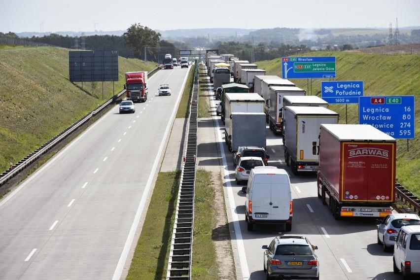 Wypadek na A4. Kierowcy jadący do Wrocławia zatrzymują się w korku