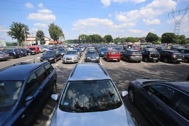 Parkowanie nad Pogorią III i Pogorią IV to problem już od dawna. Na oficjalnych parkingach w pogodne dni wolne brakuje miejsc. Tak było w sobotę, 4 lipca 2020 r. i w niedzielę, 5 lipca 2020.Zobacz kolejne zdjęcia. Przesuwaj zdjęcia w prawo - naciśnij strzałkę lub przycisk NASTĘPNE