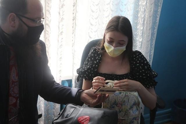 Za miesiąc uczniowie – zgłoszeni we wrześniu przez rodziców do akcji szczepień w szkołach przeciw koronawirusowi – powinni być już po otrzymaniu pierwszej dawki preparatu Pfizer lub Moderna. W naszym województwie kuratorium porozumiało się z Instytutem Centrum Zdrowia Matki Polki w Łodzi, który ma promować szczepienia w podstawówkach, ogólniakach, technikach i branżówkach. Według zapewnień kuratorium, każdy dyrektor ma już kontakt do ICZMP i może z niego skorzystać, aby umówić przyjazd personelu medycznego. Do dyspozycji szefów szkół ma być też kadra innych placówek służby zdrowia z naszego regionu.Na zdjęciu pilotaż akcji szkolnych szczepień w IV LO w Łodzi z 24 czerwca 2021 r. >>> Czytaj dalej przy kolejnej ilustracji >>>