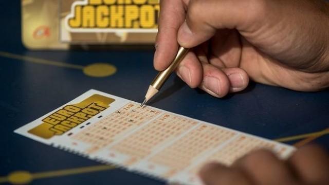 Eurojackpot losowanie 27 marca 2020. Eurojackpot wyniki z 27.03. Kumulacja Eurojackpot wciąż rośnie. Dziś, w piątek 27 marca, do wygrania jest ogromna kwota w wysokości 395 milionów złotych. WYNIKI EUROJACKPOT 27 MARCA 2020.