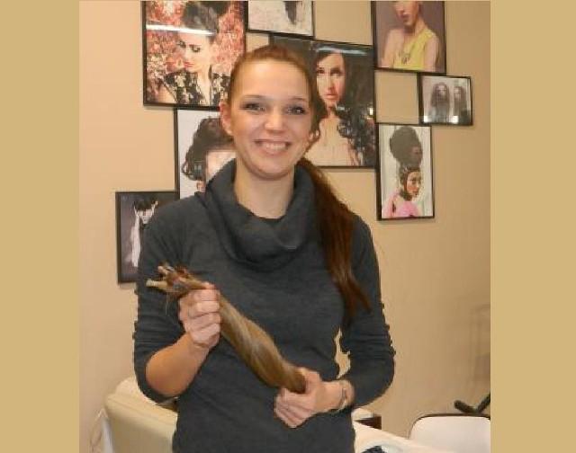 Torunianka Aleksandra Dubiel pokazuje: - Te włosy wyślę pocztą Fundacji Rak'n'Roll. Powstaną z nich nowe fryzury.