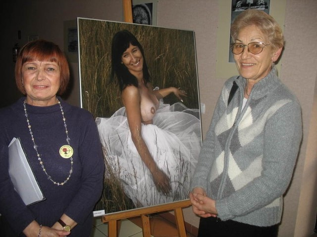 Ewa Filipczak - Organa i pani Aniela przy pięknej fotografii młodej kobiety, która przeszła już rekonstrukcję amputowanej piersi