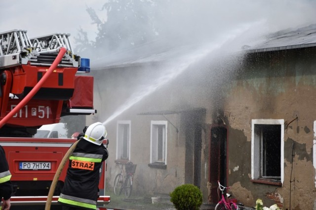 - Zgłoszenie odebraliśmy o godzinie 15.45. W domu wielorodzinnym zapaliło się poddasze. Nie znamy przyczyn pożaru, ale na miejscu działa 13 zastępów - mówił dyżurny wielkopolskich strażaków.Kolejne zdjęcie -->