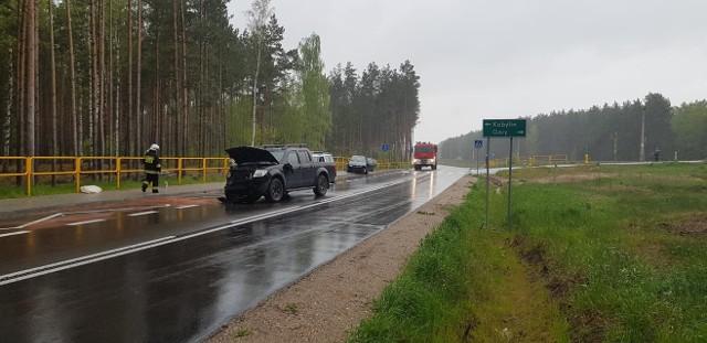 Ze wstępnych ustaleń policji wynika, że kierująca skodą 44-letnia mieszkanka powiatu ostrołęckiego, wyjeżdżając z leśnej drogi na drogę główną, wymusiła pierwszeństwo przejazdu na kierującym nissanem 33-letnim mieszkańcu Ostrołęki.
