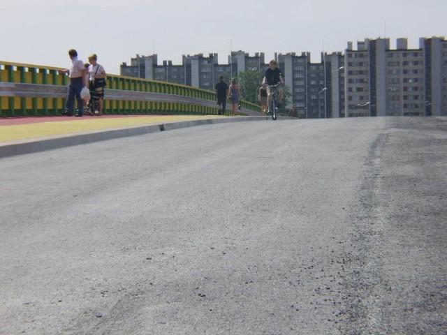 Ułożono już asfalt na całej mostowej jezdni. Brakuje na niej tylko oznakowania.