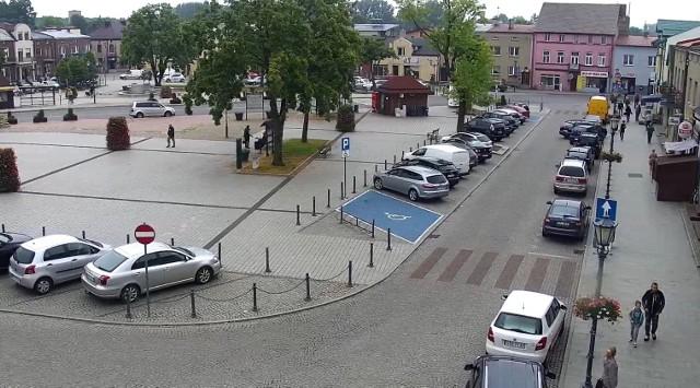 Jak widać na zdjęciach zaparkowanie przy rynku w Siewierzu nie jest łatwe, bo wszystkie miejsca są zajęte Zobacz kolejne zdjęcia/plansze. Przesuwaj zdjęcia w prawo - naciśnij strzałkę lub przycisk NASTĘPNE