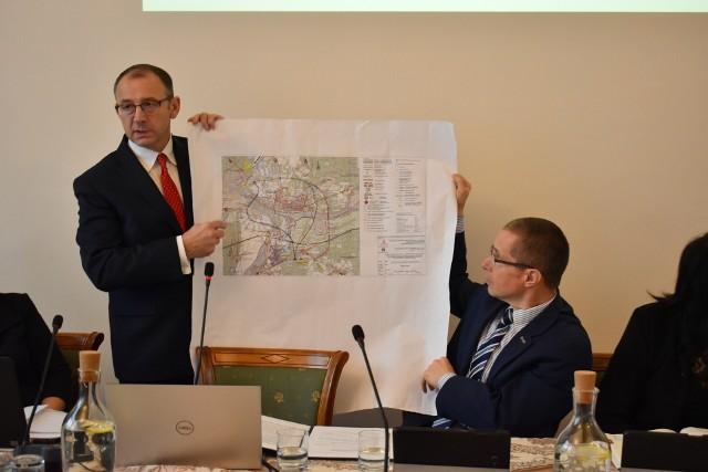 Burmistrz Marek Cebula prezentuje prawdopodobny przebieg obwodnicy Krosna Odrzańskiego.
