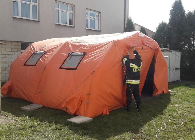 Namiot przy pińczowskim szpitalu.