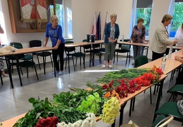 Panie z Makowca uczyły się, jak przygotować kompozycje kwiatowe.
