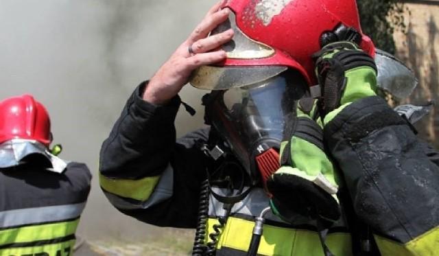 Strażacy dogaszają pożar domu jednorodzinnego w Bieruniu