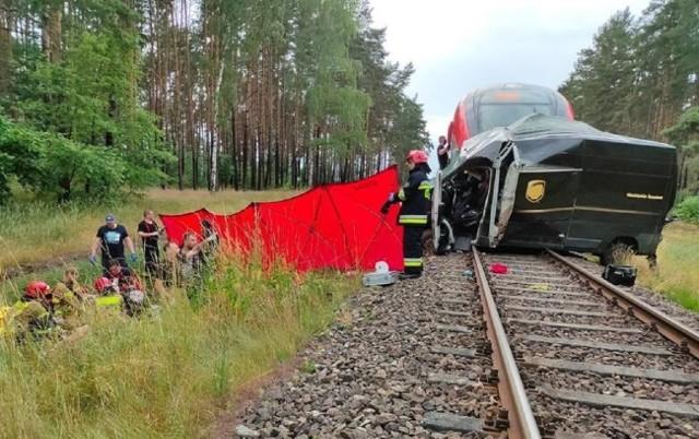 Wypadek, do którego doszło na przejeździe kolejowym w okolicach Międzyrzecza wyglądał bardzo drastycznie.