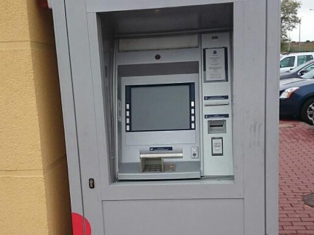 We wtorek, w Ustroniu Morskim, ktoś próbował wysadzić w powietrze bankomat znajdujący się tuż przy centrum sportu i rekreacji Helios. By dobrać się do pieniędzy, niedoszły złodziej wtłoczył gaz pod pokrywę bankomatu, ale operacja nie powiodła się.