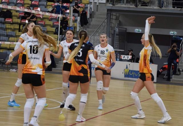 Uni Opole umocniło się po wygranej w Jarosławiu na fotelu lidera tabeli 1 ligi.