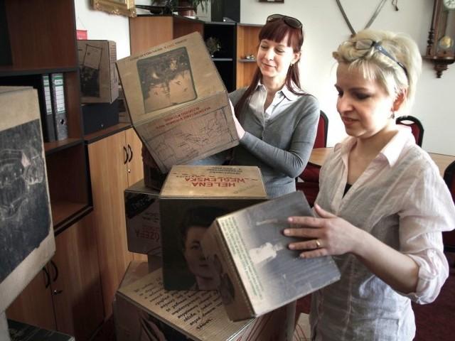 Kubiki można wziąć do ręki, ich ściany oglądać w dowolnej kolejności. Każdy z nich poświęcony jest trudnej historii konkretnej osoby – mówią Anna Danilewicz (na zdjęciu z lewej) i Sylwia Trzeciakowska z białostockiego Muzeum Wojska.