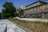 Kraków. W końcu miasto ogłosiło przetarg na dokończenie przebudowy placu Biskupiego. Mieszkańcy liczą na przerwanie fatum [ZDJĘCIA]