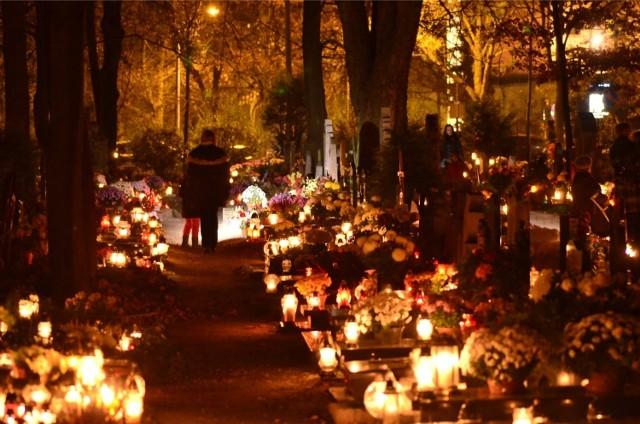 02.11.2013 poznan cmentarz ul nowina - szpitalna wieczorem. glos wielkopolski. fot. waldemar wylegalski/polskapresse