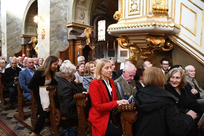 W katedrze w jednej z dalszych ławek była żona Przemysława -...