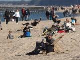 Słoneczna sobota na plaży w Mielnie. Tłumy spacerowiczów [ZDJĘCIA]