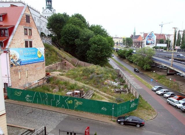 Codziennie obok tego miejsca przechodzi kilka wycieczek. Płot i rozgrzebanaziemia, to nie najlepsza wizytówka Szczecina i Podzamcza.