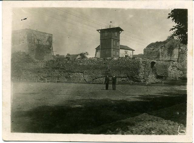 Ruiny łęczyckiego zamku ze strażacką wieżą ćwiczeń, przed 1927 rokiem