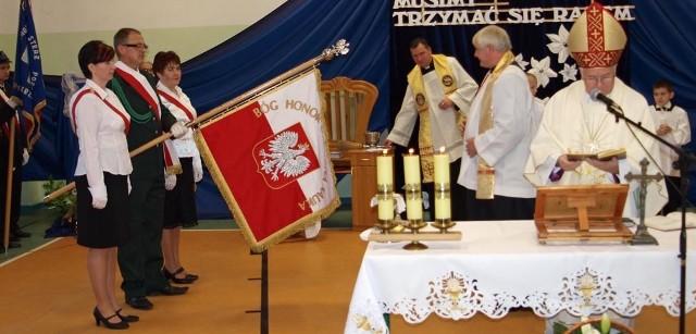 Nadany szkole w Iwinie sztandar poświęcił ksiądz biskup Paweł Cieślik