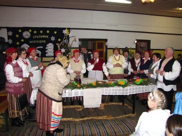 Stowarzyszenie z Sadownego przedstawiło wszystkim starodawną wigilię. Czas przygotowań do wieczerzy i samą noc wiligijną