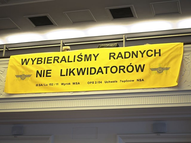 W dużej sali obrad na sesji łódzkiej Rady Miejskiej pojawili się związkowcy z Międzygminnej Komunikacji Tramwajowej, która prowadzi przewozy do Zgierza i Ozorkowa.