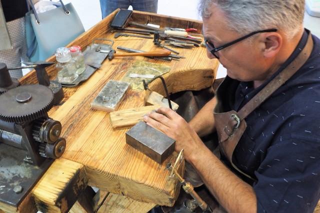 Zajęcia poprowadzi Sławomir Derecki, mistrz złotnictwa, który w swojej pracy wszystkie czynności wykonuję własnoręcznie.