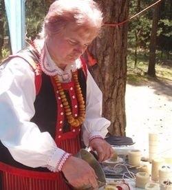 Teresa Niedźwiedzka uznaje tylko tradycyjne metody pozyskiwania miodu i wosku. Jak twierdzi, to się opłaca.