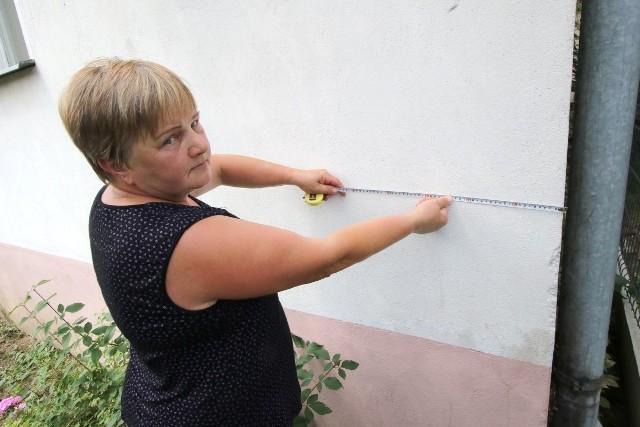 Po ponad pięćdziesięciu latach od postawienia domu, pani Halina z ulicy Na Stole w Kielcach dowiedziała sie, że fragment ściany o szerokości 23 centymetrów wchodzi na działkę sąsiada.