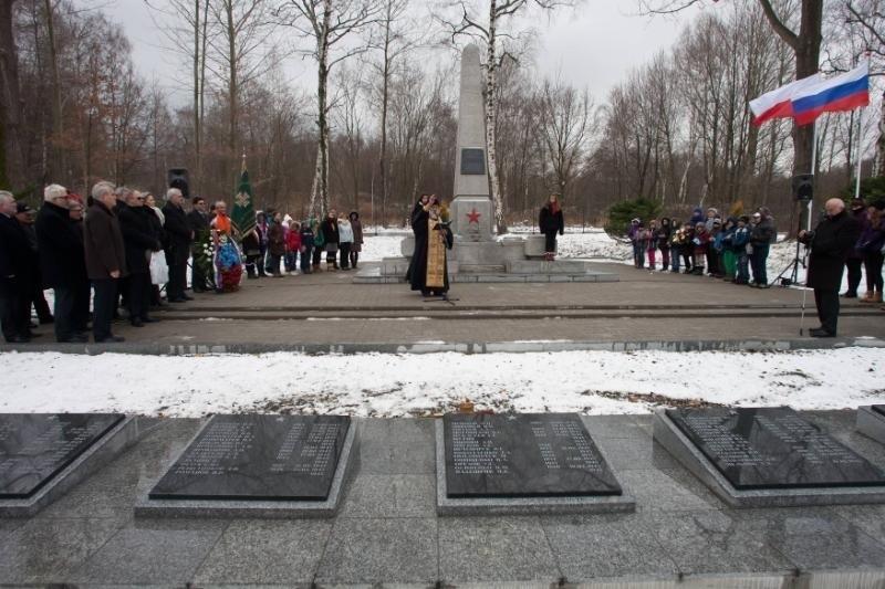 Cmentarz wojsk radzieckich otwarty po remoncie. Był ambasador i konsul generalny Rosji (ZDJĘCIA)